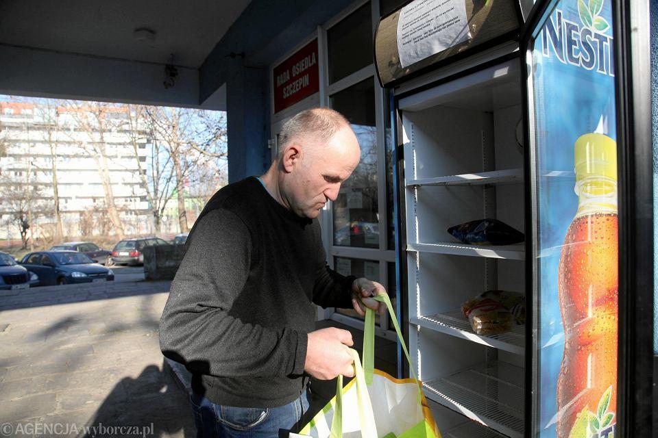 Jan Piontek, który postanowił pomóc potrzebującym we Wrocławiu i postawić społeczne lodówki, napełnia tę przy ul. Zachodniej 1