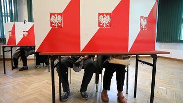 Wybory Samorządowe 2018 - głosowanie w Obwodowej Komisji Wyborczej nr 333 na warszawskim Żoliborzu, 21 października 2018