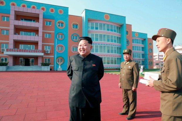 Kim Dzong Un w sieroci�cu jak z thrillera. Jest kolorowy plac zabaw, s� ��eczka i... wypchane zwierz�ta. Brakuje tylko dzieci