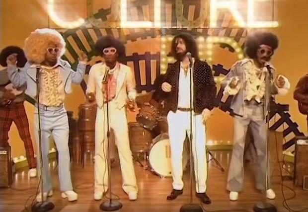 """Z całą pewnością kolejny teledysk promujący album """"Culture II"""" przeniesie każdego fana muzyki rodem z lat 70. w sentymentalną podróż w czasie, kiedy to królowało disco, barwne stroje i oryginalne fryzury."""
