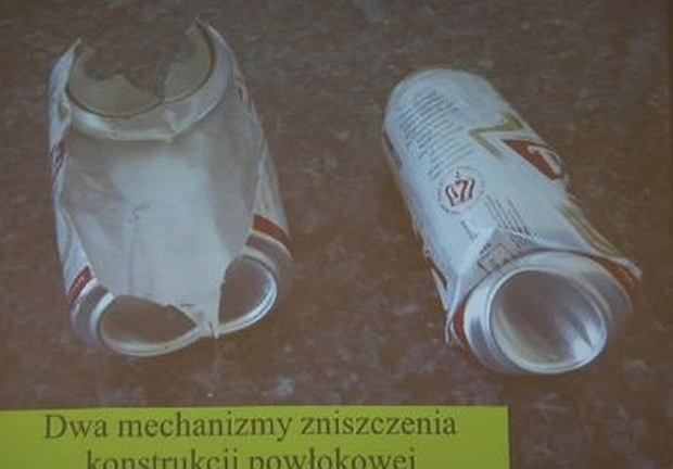 Puszki po piwie ilustowały  wystąpienie dr Piotra Witakowskiego na temat rodzajów zniszczeń