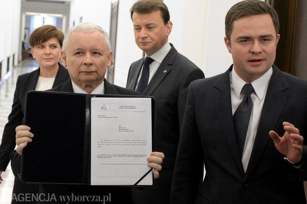 Jarosław Kaczyński i Adam Hofman podczas składania wniosku o wotum nieufności wobec rządu Tuska