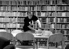 Piotr, bibliotekarz: Jest taki stereotyp, że przychodzi się do biblioteki, a tam pani w grubych szkłach i z miną lekko skwaszoną