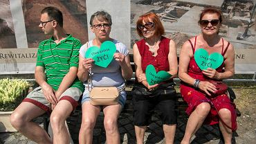 Po raz kolejny rodzice dzieci z niepełnosprawnością protestowali w Bydgoszczy. W sobotę (26.05)  kilkanaście osób przyszło ze swoimi córkami i synami pod pomnik Walki i Męczeństwa