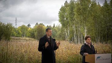 Beata Szydlo i Mateusz Morawiecki podczas inauguracji programu Mieszkanie Plus na terenach przyszłego osiedla