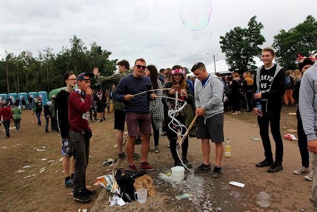 Puszczanie baniek mydlanych. Woodstock 2016.