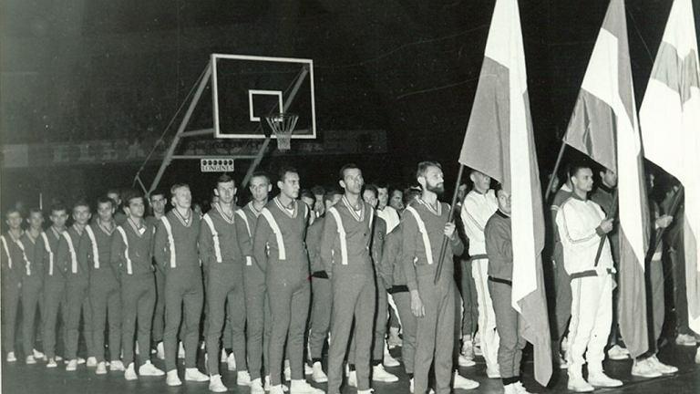 Reprezentacja Polski podczas ceremonii otwarcia mistrzostw w 1963 roku.