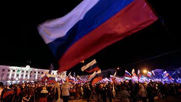 Prorosyjscy mieszkańcy Symferopolu na Krymie fetujący wynik głosowania z marca 2014, w którym większość opowiedziała się za przyłączeniem do Rosji
