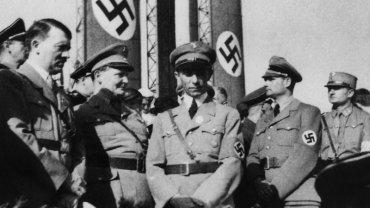 Joseph Goebbels (w środku) wierzył w propagandową moc kina popularnego. Adolf Hitler (z lewej) - dokumentalnego. Między nimi stoi Herman Goering, z prawej strony - Albert Speer