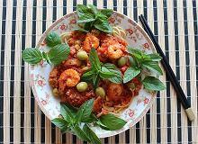 Spaghetti z sosem pomidorowym i krewetkami otoczony liśćmi mięty - ugotuj