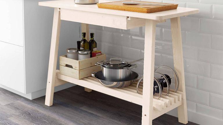 Pokrywki ustawione pionowo na półce z listewek zajmą mało miejsca i z pewnością z niej nie spadną. NORRAKER, 120 x 50 cm, wys. 85 cm, 499 zł, IKEA