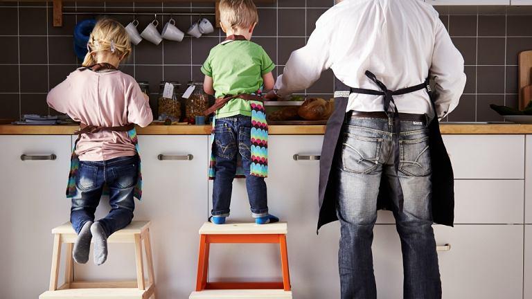 Jeśli chcemy dzieci zaangażować we wspólne gotowanie, zapewnijmy im stabilne drabinki, dzięki którym zyskają wygodny dostęp do blatu kuchennego.