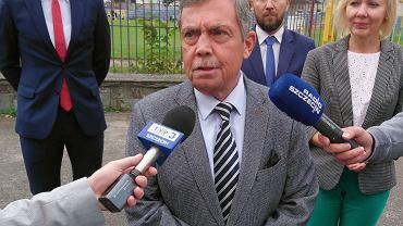 Bartłomiej Sochański pzed stadionem Krygiera. W tle Rafał Niburski i Marek Duklanowski