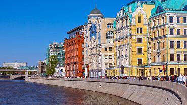 Moskwa staje się coraz bardziej 'miastem dla ludzi', a jej mieszkańcy chcą mieć u siebie to, co podpatrzyli w Europie.  Na zdjęciu deptak na brzegu rzeki Moskwy