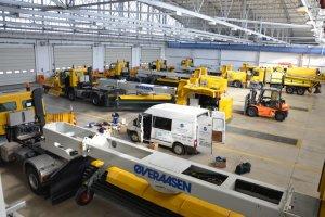 W Modlinie nowe maszyny do czyszczenia drogi startowej