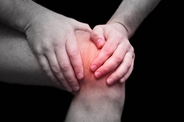 Infekcyjne zapalenie stawów atakuje zazwyczaj staw kolanowy. Zmiany dużo rzadziej widoczne są w obrębie stawu biodrowego, łokciowego lub barkowego