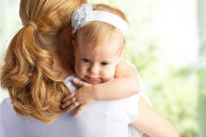 Urz�dnicy na wojnie z samotn� matk�. Mimo opinii ministerstwa i wyroku s�du dopytuj� o ojca dziecka