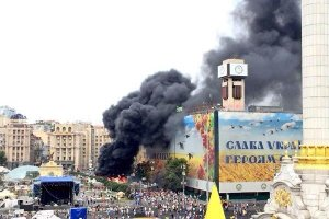 Trwa usuwanie ostatnich barykad z centrum Kijowa. Protestujący nie chcą oddać Euromajdanu