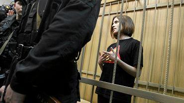 Nadieżda Tołokonnikowa podczas procesu. Zdjęcie zrobiono w kwietniu 2012