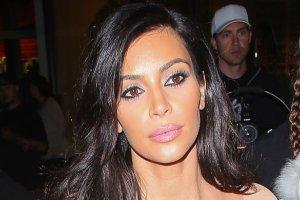 """""""Na twarzy Kim malowa� si� triumf"""". Nie rozumiemy dlaczego, skoro mia�a na sobie jedn� z najgorszych kreacji EVER"""