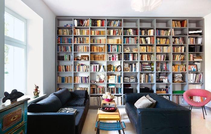 Wygodnym kanapom towarzyszy fotel vintage. Pomi�dzy nimi sto�ek z plecionym siedziskiem - przyk�ad PRL-owskiego designu.
