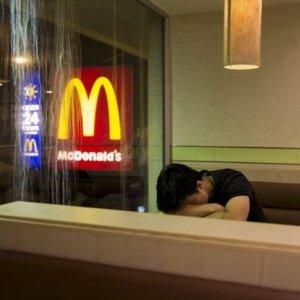 Mówi� na nich McUchod�cy. S� wykszta�ceni, a ich jedynym domem jest ca�odobowy McDonald's