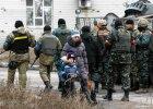 Mieszkańcy Debalcewego mijają ukraińskich żołnierzy. Grudzień 2014.