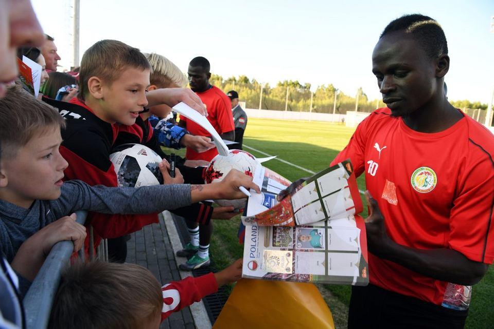 Sadio Mane z Senegalu rozdaje autografy kibicom w bazie treningowej w Kałudze
