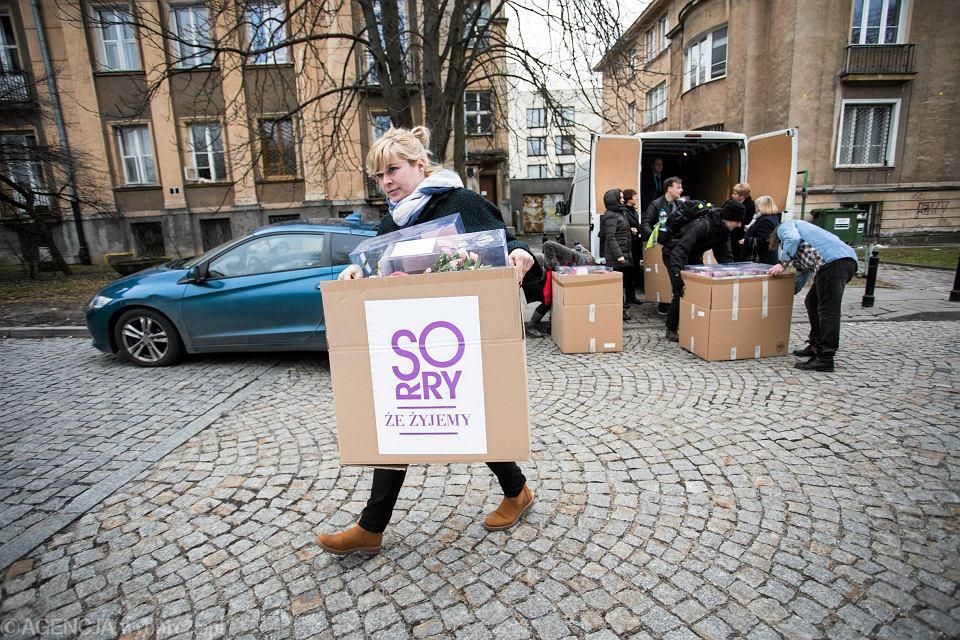 Zdjęcie numer 1 w galerii - Dzień Kobiet, codzienność z przemocą. Wręczyły kwiaty politykom: