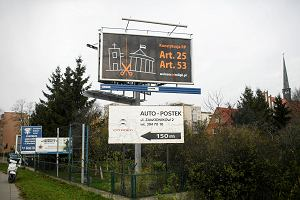 """Atei�ci s� boscy""? Ich billboard wisi m.in. na terenie... parafii"
