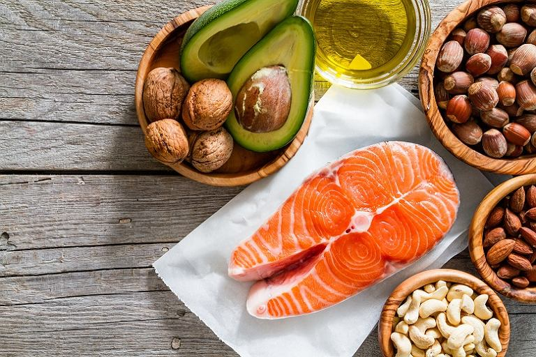 Zdrowe tłuszcze występujące w pożywieniu skutecznie poprawiają kondycję naszego organizmu i pozwalają nam skuteczniej redukować masę ciała.