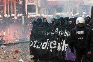 Wielki protest w Hamburgu. Policja: centrum miasta strefą zagrożoną [ZDJĘCIA]