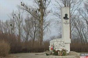 Zdewastowany pomnik sowieckiego genera�a. Tu� przed wizyt� Rosjan