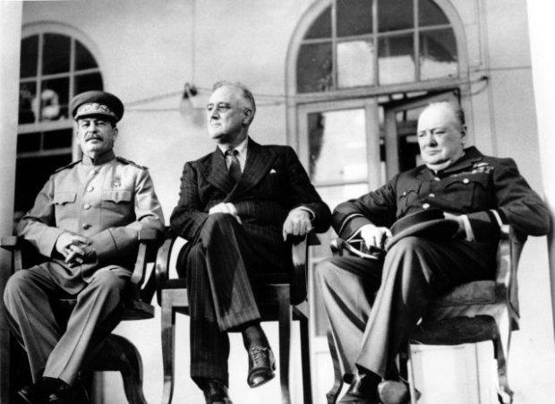 Konferencja w Teheranie trwa�a od 28 listopada do 1 grudnia 1943 r. i by�a pierwszym szczytem przyw�dc�w Wielkich Mocarstw. Kolejne odby�y si� w Ja�cie (4-11 lutego 1945 r.) i Poczdamie (17 lipca - 2 sierpnia 1945 r.), gdzie nie�yj�cego ju� prezydenta Franklina D. Roosevelta zast�pi� jego nast�pca Harry Truman. Wielk� Brytani� reprezentowa� najpierw Winston Churchill, a potem Clement Attlee, nowy premier i przyw�dca laburzyst�w, kt�rzy w mi�dzyczasie wygrali wybory. Na zdj�ciu z Teheranu od lewej: Stalin, Roosevelt i Churchill