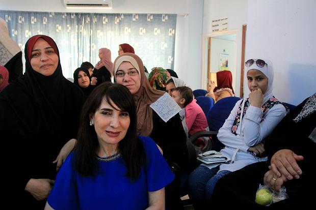 Mira Awad (pierwsza z lewej) z córką (po prawej w białej chuście) w przychodni dla uchodźców w mieście Az-Zarka
