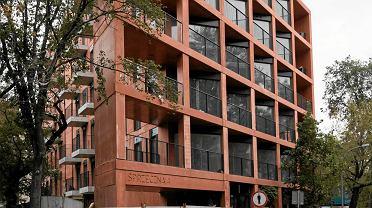 Warszawa, ul. Sprzeczna 4. Prawie gotowy blok mieszkalny budowany z prefabrykatów. Tak wygląda od strony ulicy