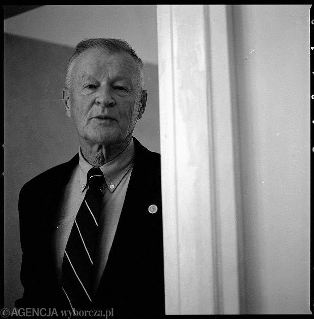 Prof. Zbigniew Brzeziński w Instytucie Studiów Wschodnich. Stoi w drzwiach dawnego gabinetu Anatola Fejgina - dyrektora X departamentu Ministerstwa bezpieczeństwa Publicznego, które w latach '50 mieściło sie w tym budynku. Ul. Koszykowa w Warszawie, 4 października 2003