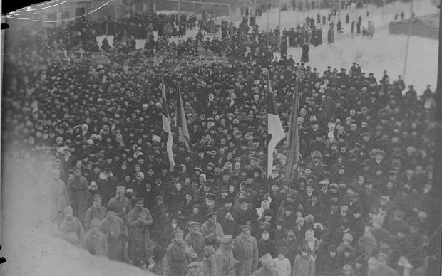 24 lutego 1918 r., Pärnu (Parnawa) nad Zatoką Ryską. Tłum Estończyków słucha odczytywanej podczas wiecu deklaracji niepodległości państwa. Kilka dni później Estonię zajęły wojska niemieckie i skończyła się niepodległość, ale ten dzień do dziś uważany jest za początek estońskiej państwowości.