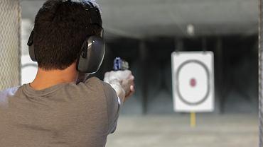 Jeżeli Twojego chłopaka interesują militaria lub po prostu lubi czuć adrenalinę we krwi, to z pewnością świetnym prezentem będzie dla niego sesja strzelnicza na strzelnicy