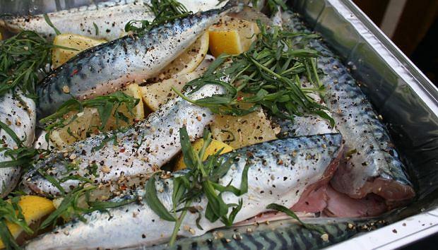 Копченая скумбрия: это очень популярное блюдо. Между тем: эту рыбу можно приготовить по-разному
