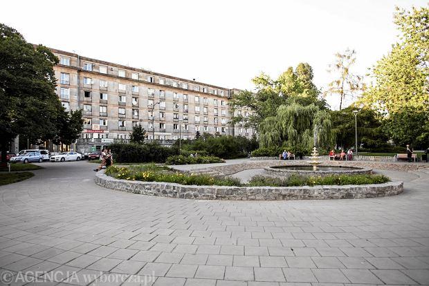 Pl. Hallera otaczają obłożone kamieniem budynki z lat 50.