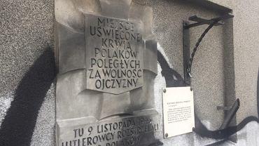 Zniszczona tablica upamiętniająca ofiary wojny, Warszawa