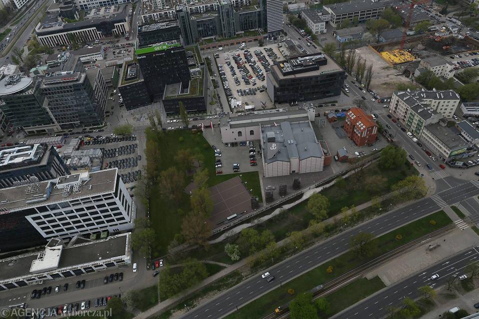Muzeum Powstania Warszawskiego teraz od Towarowej jest odgrodzone murem i nasypem obrośniętym zielenią. Budowa zatoki dla autokarów wzdłuż Towarowej oznaczałaby konieczność wycinki szpaleru dorodnych klonów.