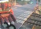 """Wielka maszyna uwięziona na przejeździe kolejowym. PKP oburzone reakcją ludzi: """"Zanim napiszesz, pomyśl!"""""""