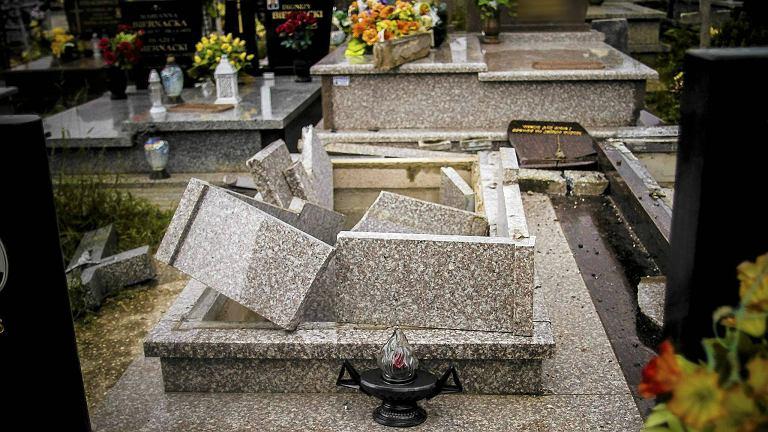 Zniszczone groby (zdjęcie ilustracyjne)