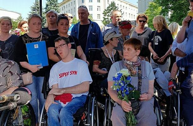 Protestujących niepełnosprawnych wspierała m.in. Janina Ochojska