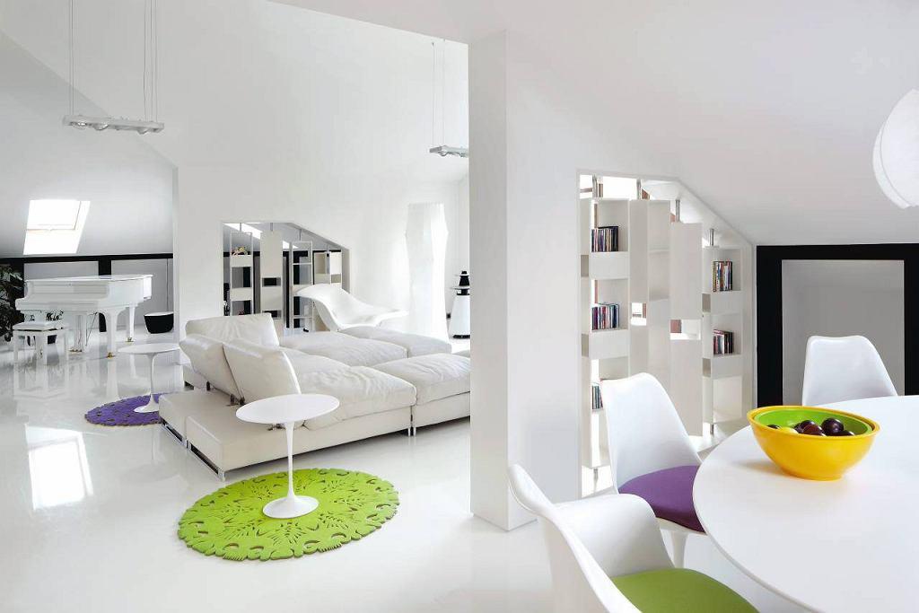 Salon  Centralne miejce cz�ci wypoczynkowej zajmuje sofa marki Arketipo. Z lewej strony stolik kawowy Tulip firmy Knoll, z prawej szezlong La Chaise, Vitra. Akcent kolorystyczny stanowi dywan Dia, Moho Design.