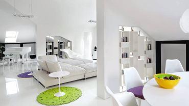 Salon  Centralne miejce części wypoczynkowej zajmuje sofa marki Arketipo. Z lewej strony stolik kawowy Tulip firmy Knoll, z prawej szezlong La Chaise, Vitra. Akcent kolorystyczny stanowi dywan Dia, Moho Design.