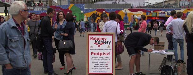 """Zbierają podpisy, """"żeby było normalnie"""". Zobacz akcję na rzecz kobiet na warszawskiej """"patelni"""""""