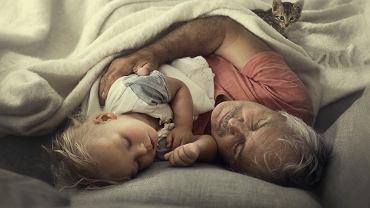 Dziadkowie widzą się z wnuczętami tylko raz w roku. Fotografka uchwyciła wzruszające momenty, w których rodzina jest w komplecie.
